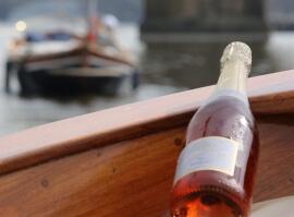 Plavba po Vltavě s lahví šampaňského
