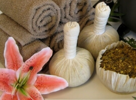 Ajurvédská masáž bylinkovými pytlíčky