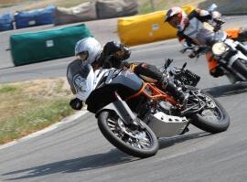 Řidičem KTM 1190 Adventure R na okruhu