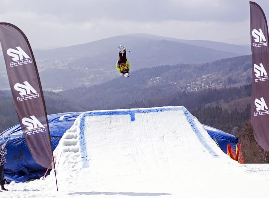 Skok na lyžích do air bagu